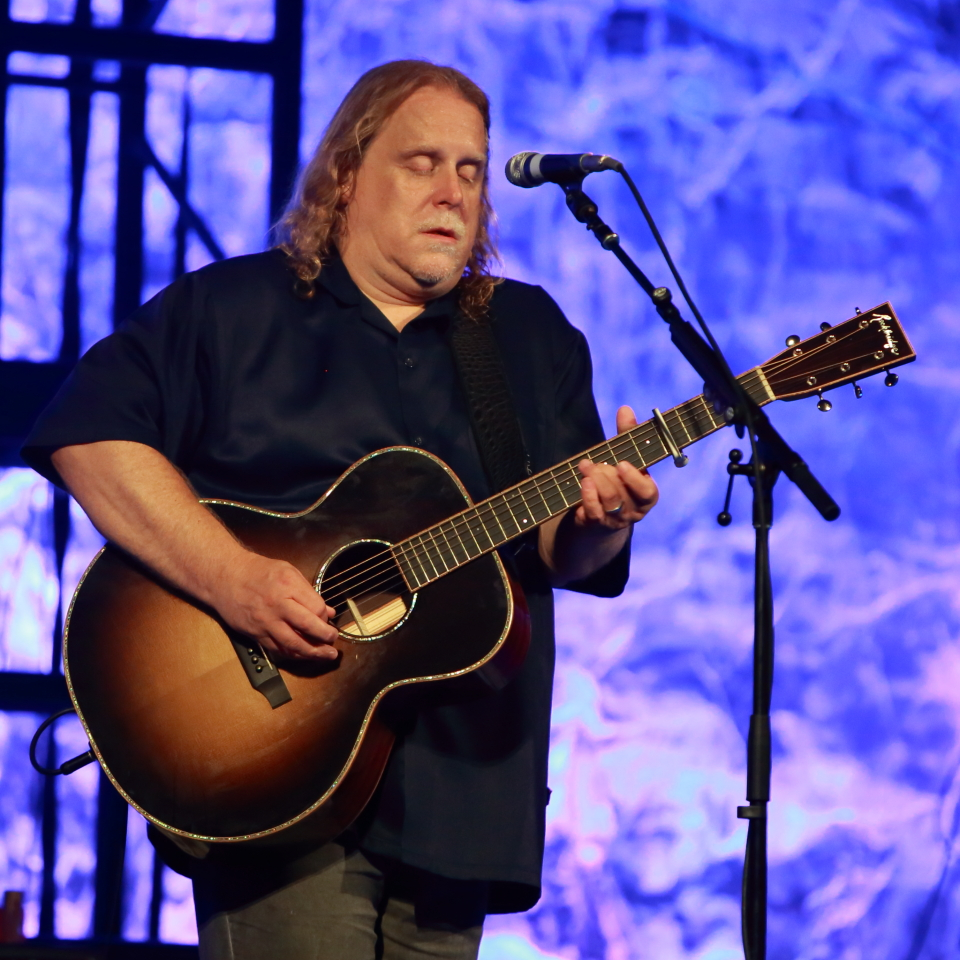 a rare solo acoustic performance by mr warren haynes suze reviews the blues. Black Bedroom Furniture Sets. Home Design Ideas