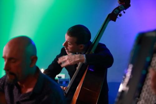 Xavier Nikq (slapping the bass)